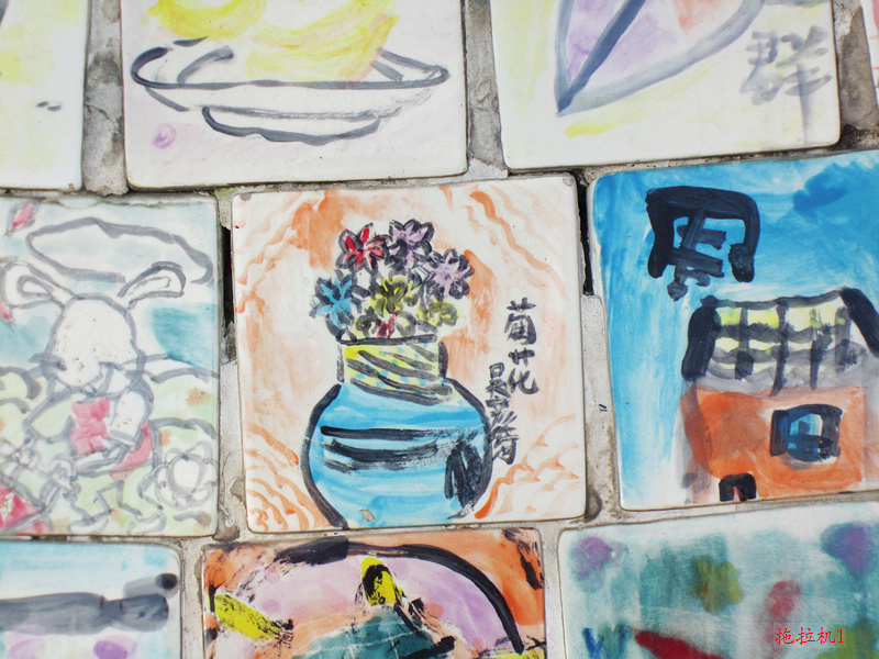 上海/上面贴了满的瓷砖,瓷砖上全部是儿童画,不知道这表达的是什么...